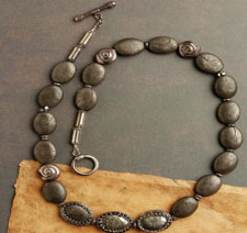 Bead weave your very own necklace with this free pattern!
